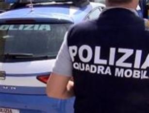 Spende Banconote false ed investe un poliziotto Un uomo di 36 anni ha speso una banconota di 50€ falsa. Per darsi alla fga ha prima tamponato una vettura e poi investito il poliziotto di guardia