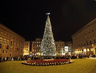 """Raggi accende luci """"Spelacchio"""", albero di Natale di Roma Cerimonia con bambini in piazza Venezia. Accesa anche l'illuminazione di via del Corso"""