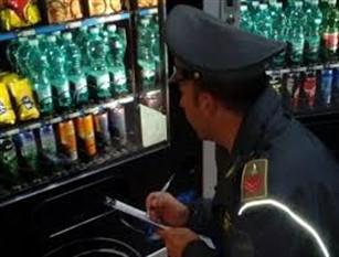 Verifiche ai distributori di bevande e alimenti all'interno di istituti scolastici In base ad alcuni rilievi effettuati dalla Squadra mobile di Campobasso è stato constatato che i distributori erogavano birra in orari non consentiti