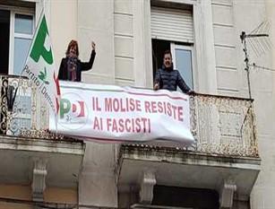 Striscione Pd con scritto 'Molise resiste ai fascisti' durante la visita di Salvini a Capobasso