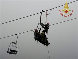 Esercitazione dei Vigili del fuoco a Campitello Matese  su eventuali sciatori rimasti bloccati in seggiovie per guasto agli impianti.