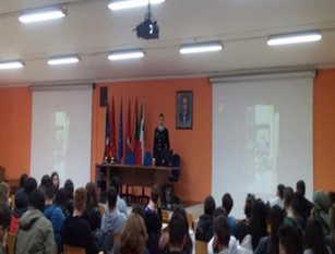 I Carabinieri di Agnone incontrano gli studenti spiegando loro la ricorrenza e il significato del 4 Novembre.