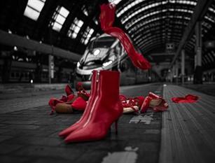 FS Italiane: scarpe rosse in ufficio per la giornata contro la violenza sulle donne I lavoratori del Gruppo FS Italiane uniti contro la violenza sulle donne.