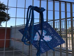 """""""No al bullismo nelle scuole"""" oggi gli alunni dell'Istituto Difesa Grande consegnano un nodo blu al sindaco Roberti"""