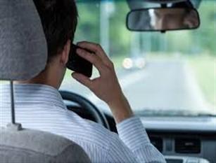 Telefono alla guida: via la patente e multe fino a 2.500 euro. Tutte le novità al cds Dal divieto di fumo e cellulare alla guida, ai nuovi limiti in autostrada.  Da oggi inizia l'  iter per l'approvazione in Parlamento della  riforma del Codice della Strada 2020