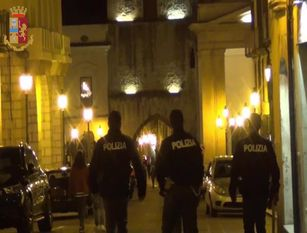 P.S. di Isernia: extracomunitario infastidisce i clienti di un bar e aggredisce i poliziotti – Arrestato