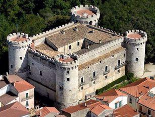 Il Castello Pignatelli in Assocastelli  Monteroduni è Comune Storico d'Italia