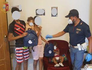 Poliziotti della Questura donano alcuni zainetti della Polizia di Stato  ai bambini giunti a Isernia