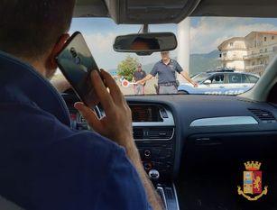 Controlli massicci della Polizia per contrastare l'uso dei telefonini alla guida.