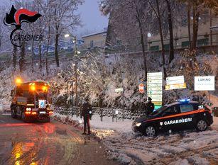 Carabinieri in soccorso di una famiglia al freddo Pattuglie dell'Arma impegnate ovunque e su più fronti