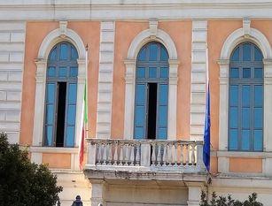 A Palazzo San Giorgio bandiera a mezz'asta per dimostrare vicinanza e solidarietà a chi sta soffrendo per il Covid