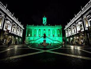 Illuminati di verde facciata posteriore Palazzo Senatorio e Tabularium per Giornata Internazionale della Fratellanza Umana