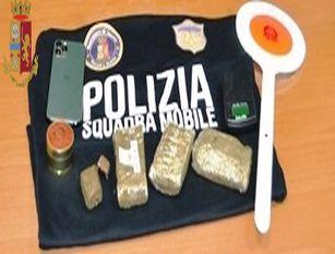 La Squadra Mobile arresta giovane donna pusher Sequestrati oltre 300 grammi di hashish.