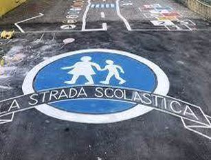 """Al via sperimentazione """"strade scolastiche"""" in 17 istituti nei municipi di Roma Raggi: """"Aree più sicure per facilitare l'ingresso nelle scuole e contrastare la sosta illegale"""""""