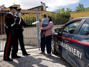 Carabinieri soccorrono una famiglia di stranieri in difficoltà.