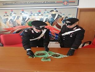 Spaccia marijuana sotto gli occhi dei Carabinieri. Denunciato un straniero.