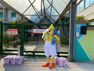 Un simpatico pulcino distribuisce uova di pasqua e colombe ai senza tetto, ai ragazzi dellaCasa Di Kore e agli anziani di Opera Serena.