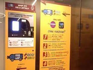 """Campidoglio, macchinette mangiaplastica arrivano nei mercati. Raggi: """"Dopo successo in stazioni metro estendiamo progetto"""""""
