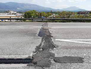 Stanziato quasi mezzo milione di euro per giunti e pavimentazione stradale Continua l'operazione viabilità sicura. Altri due importanti nel nord e nel sud del territorio