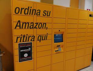 """Blitz del Movimento Nazionale a Isernia. """"Boicotta Amazon, compra da commercianti italiani"""" ,"""