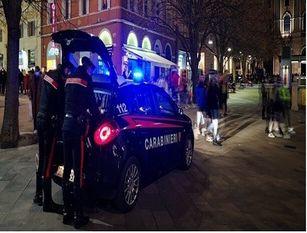 Assembramento di una trentina di persone nel centro di Portocannone Due giovani aggrediscono con un bastone i Carabinieri intervenuti per disperderli