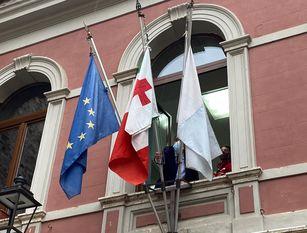 La bandiera della Croce Rossa esposta sul Comune di Isernia In occasione delle celebrazioni dell'8 maggio consegnato al sindaco d'Apollonio il vessillo dell'Associazione