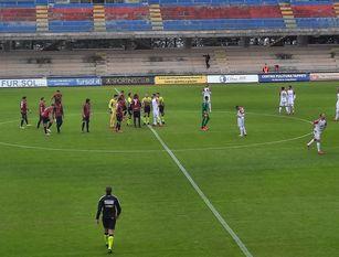 Calcio, nulla può il Campobasso contro la corazzata Bari. Viene sconfitto  1-3  dai pugliesi  Foltissimo pubblico con assordante tifo al Romagnoli con una corposa rappresentanza di supporters  baresi