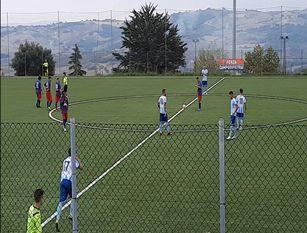 Calcio, un' Isernia nervosa concede il pari al Campodipietra (2-2) A fine gara i  numerosi tifosi biancocelesti contestano la prestazione della squadra.
